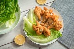 Жареный цыпленок скручивает на деревянном столе Стоковая Фотография