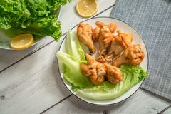 Жареный цыпленок скручивает на деревянном столе Стоковые Фото