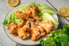 Жареный цыпленок скручивает на деревянном столе Стоковое Изображение