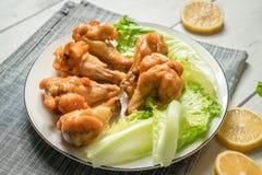 Жареный цыпленок скручивает на деревянном столе Стоковое Изображение RF