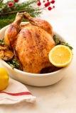 Жареный цыпленок с лимонами, чесноком и розмариновым маслом для рождества Принципиальная схема рождества Стоковое фото RF
