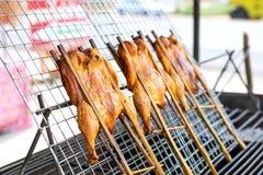 Жареный цыпленок или зажаренный цыпленок для продажи Стоковое Изображение RF