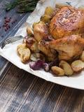 Жареный цыпленок и различные овощи Стоковая Фотография