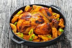 Жареный цыпленок с зажаренными клин и лук-пореем картошки Стоковые Фото