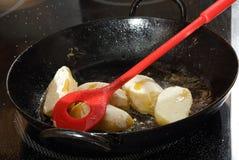 Жарить картошки с мукой Стоковые Фото