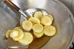 Жарить картошку Стоковое Изображение