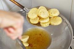 Жарить картошку Стоковая Фотография