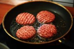 Жарить круглое мясо говядины 4 для гамбургера Стоковые Изображения