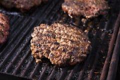 Жарить домодельную говядину гамбургера Стоковые Фото