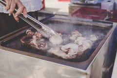 Жарить очень вкусные морепродукты на продовольственном рынке улицы Стоковые Фото