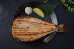 Жарить рыб с солью рыб стоковое фото