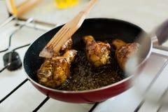 Жарить цыпленка в лотке Стоковые Изображения