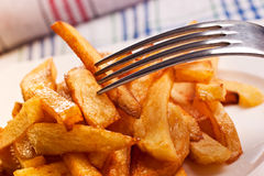 жарит картошку стоковые изображения