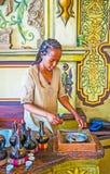 Жарка кофейных зерен для церемонии Ethiopean Стоковая Фотография RF