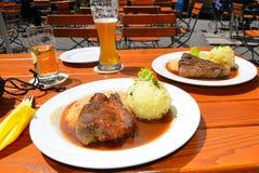 жаркое свиньи еды пива Баварии Стоковые Изображения