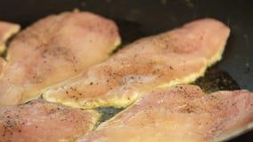 Жарящ комод и варить цыпленка quesadilla сладкого картофеля сток-видео