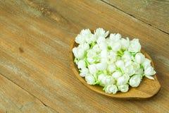 жасмин на деревянной предпосылке таблицы Стоковые Изображения RF