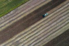 Жатка жмет урожай в поле рядом с зеленым полем с мозолью Украина вид с воздуха Стоковые Фотографии RF