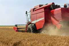 Жатка зернокомбайна жать пшеницу Зерно жать зернокомбайн позволяет gps компьютера зернокомбайнов зернокомбайна совершенно кормило Стоковое фото RF