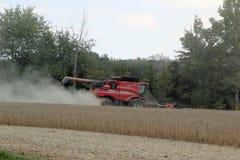 Жатка зернокомбайна на поле Стоковая Фотография