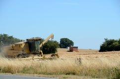 Жатка зернокомбайна на работе Стоковые Фотографии RF