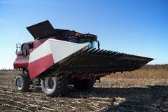Жатка зернокомбайна работая на поле Стоковое фото RF