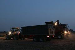 Жатка зернокомбайна работая через ночу Стоковые Фотографии RF