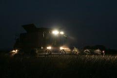 Жатка зернокомбайна работая через ночу Стоковое Изображение