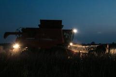 Жатка зернокомбайна работая через ночу Стоковые Фото