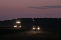 Жатка зернокомбайна работая через ночу Стоковые Изображения RF