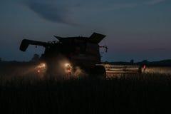 Жатка зернокомбайна работая через ночу Стоковое Изображение RF