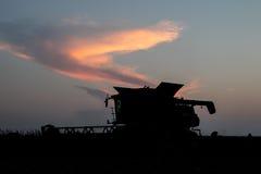 Жатка зернокомбайна работая через ночу Стоковые Изображения