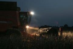 Жатка зернокомбайна работая через ночу Стоковая Фотография