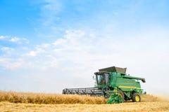 Жатка зернокомбайна John Deere жать пшеницу в поле Стоковые Фото
