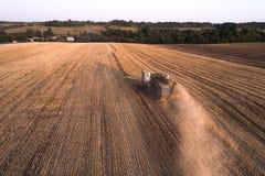 Жатка работая в поле и косит пшеницу Украина вид с воздуха Стоковое Изображение RF