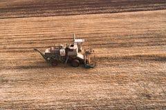 Жатка работая в поле и косит пшеницу Украина вид с воздуха Стоковые Изображения RF