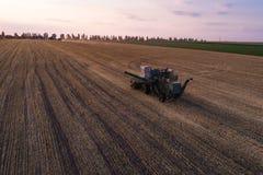 Жатка работая в поле и косит пшеницу Украина вид с воздуха Стоковая Фотография