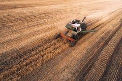 Жатка работая в поле и косит пшеницу Украина вид с воздуха Стоковое Изображение