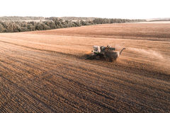 Жатка работая в поле и косит пшеницу Украина вид с воздуха Стоковое фото RF
