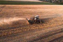 Жатка работая в поле и косит пшеницу Украина вид с воздуха Стоковые Фотографии RF