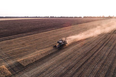 Жатка работая в поле и косит пшеницу Украина вид с воздуха Стоковое Фото