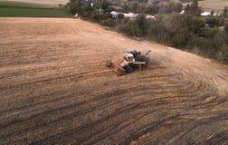 Жатка работая в поле и косит пшеницу Украина вид с воздуха Стоковые Изображения
