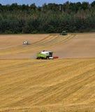 Жатки зернокомбайна на _2 пшеничного поля стоковая фотография