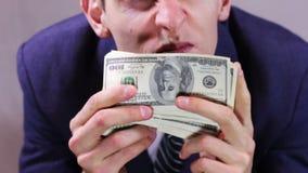 Жадные деньги обнюхивать бизнесмена сток-видео
