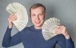 Жадный человек показывая распространение долларов стоковые фотографии rf