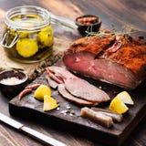 Жалуйтесь отрезанная пастрома, ростбиф с marinated турецкой кухней стоковое изображение rf