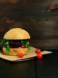 Жалуйтесь плюшка сезама бургера с томатом и луком на бумаге ремесла Стоковая Фотография RF