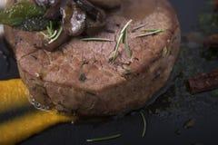 Жалуйтесь филе с грибами, sundried томатами и vegetable пюрем на плите 11close шифера вверх по съемке Стоковое фото RF
