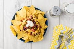 Жалуйтесь nachos с jalapeno, оливки, томат, сыр чеддера фасолей Стоковые Изображения