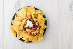 Жалуйтесь nachos с jalapeno, оливки, томат, сыр чеддера фасолей Стоковая Фотография RF